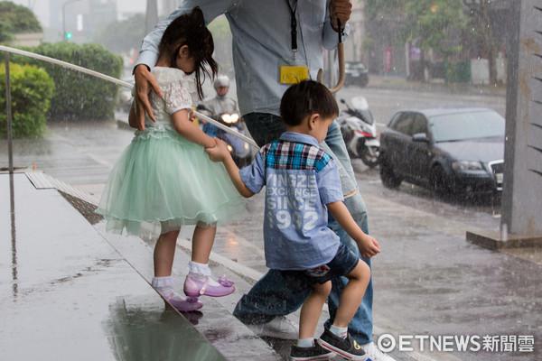 ▲▼兒童接送,幼稚園,孩童,小孩,雨天,安全,幼童(圖/記者季相儒攝)