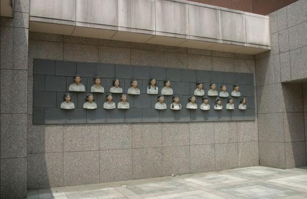 ▼曲家瑞的作品「畢業2010」。(圖/翻攝交通部鐵路改建工程局)
