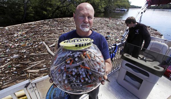 ▲▼美國許多城市和鄉鎮的海灘、河川及公園,出現越來越多廢棄針頭和注射器。(圖/達志影像/美聯社)