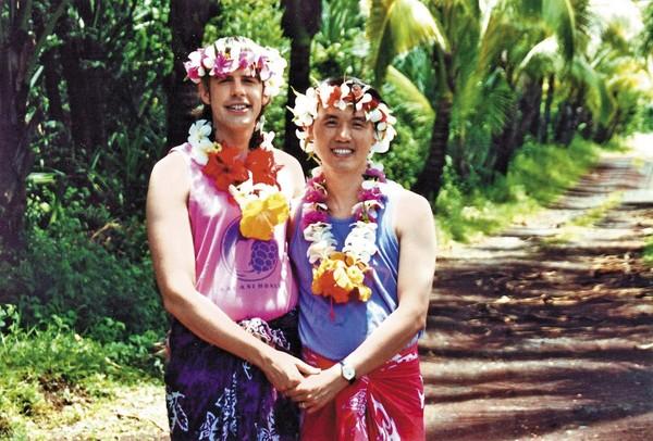 1997年,陳子良(右)和思鐸(左)於夏威夷一間名為Kalani Ecoresort的度假村度蜜月,這也成為陳愷樂英文名字的由來。(陳子良提供)