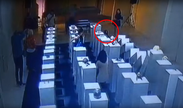 ▲▼美國洛杉磯一名女子在藝廊狂自拍,卻撞到身後展品的展台,要賠上20萬美元(約新台幣600萬元)。(圖/翻攝自YouTube/Party Pooper)