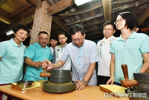 ▲鄭文燦以小石磨體驗擂茶活動認為非常有特色。(圖/桃園市政府提供)