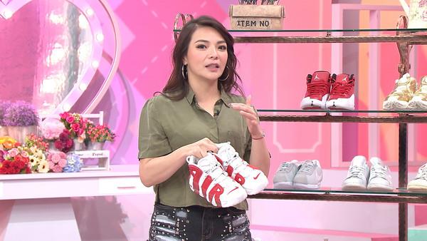 ▲小甜甜砸1萬元買鞋。(圖/TVBS提供)