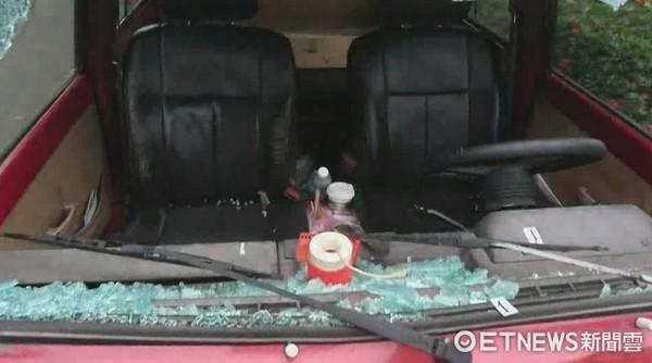 ▲廂型車前擋風玻都撞碎,前車頭左側車燈部位板金整個凹陷,明顯有涉嫌置人於死之意圖。(圖/記者林悅攝)