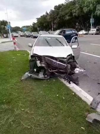 ▲▼廣東東莞發生一起車禍,一輛TOYOTA撞上法拉利和BMW。(圖/翻攝自中青網)