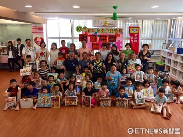 台東縣關山鎮舉辦親子繪本創作及拼圖活動,吸引百名父母及小朋友參加。(圖/台東救國團提供)