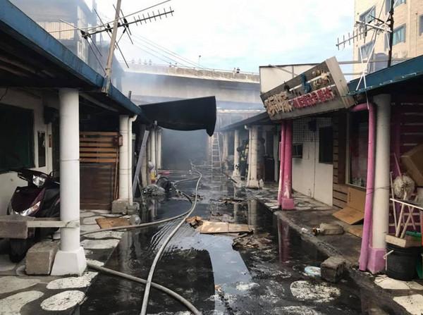 花蓮七星潭柴魚博物館深夜大火 燃燒面積將近500坪。(圖/翻攝臉書花蓮同鄉會)