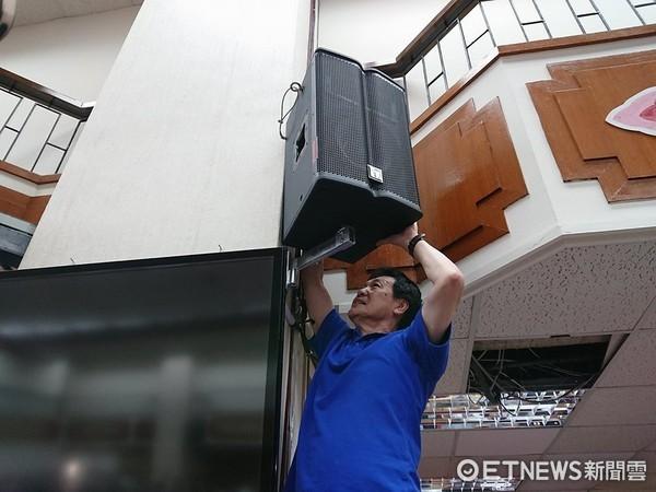▲國民黨立委費鴻泰拆立院音響。(圖/記者翁嫆琄攝)