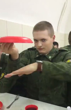 ▲▼俄羅斯軍人伙食超難吃,馬鈴薯泥硬到拿不下來。(圖/翻攝自FB,Mămicăta)