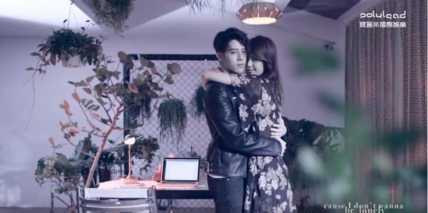 ▲▼胡宇威和陳庭妮在MV中碰鼻子。(圖/翻攝寶麗來YouTube頻道)
