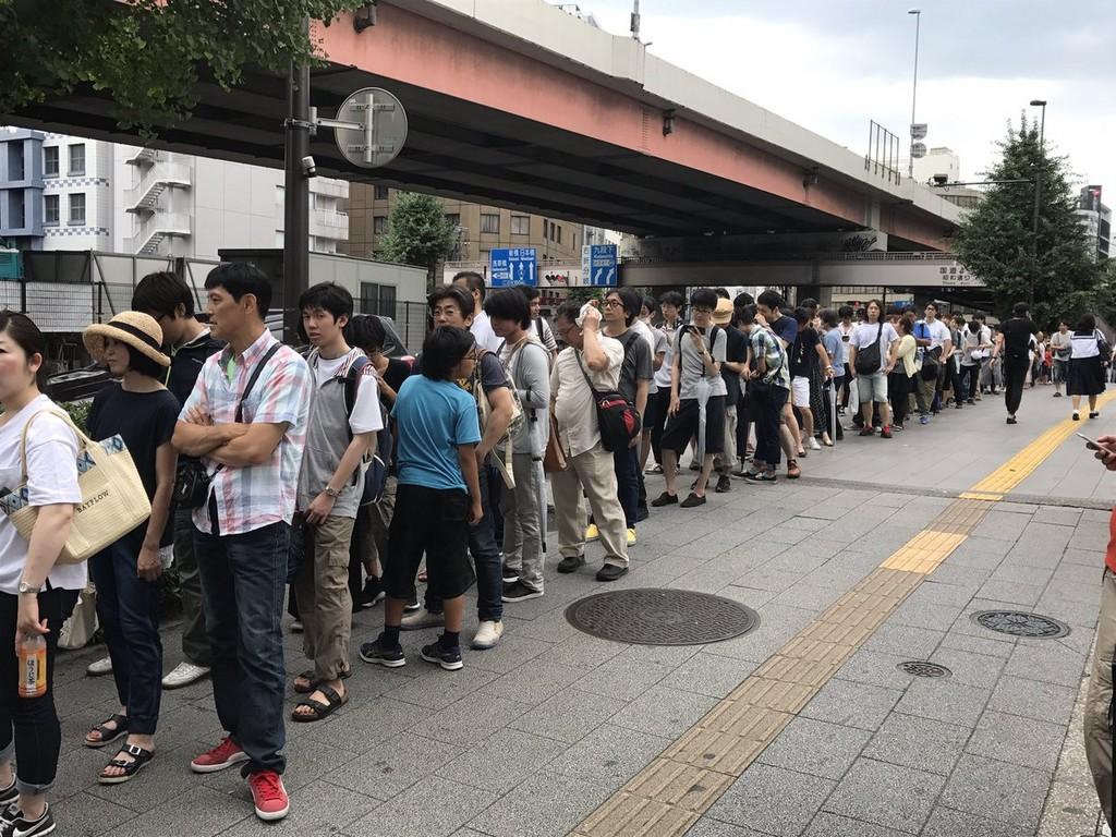 Switch仍然一機難求!日本排隊人數多到得用「抽籤」才能賣(圖/取自網友マリパズくん推特)