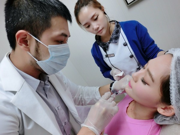 醫美施打童顏針、玻尿酸示意圖。(圖/ARS雅偲皮膚科診提供)