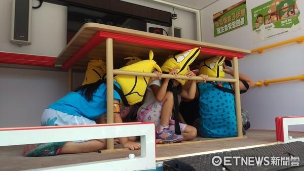 ▲新北消防第三大隊舉辦有趣的消防夏令營,讓大小朋友邊玩邊吸收防災知識。(圖/記者林煒傑翻攝)