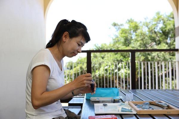 海灘貨幣的藝術家林佩瑜說,「拿海灘貨幣去小琉球的合作店家消費更有意義。」