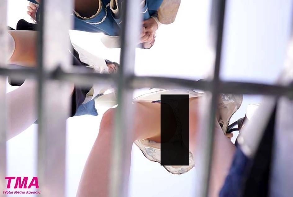 看裙底免驚!「水溝蓋視角」VR問世 滿足飢渴偷窺慾望(翻攝自DMM.COM)