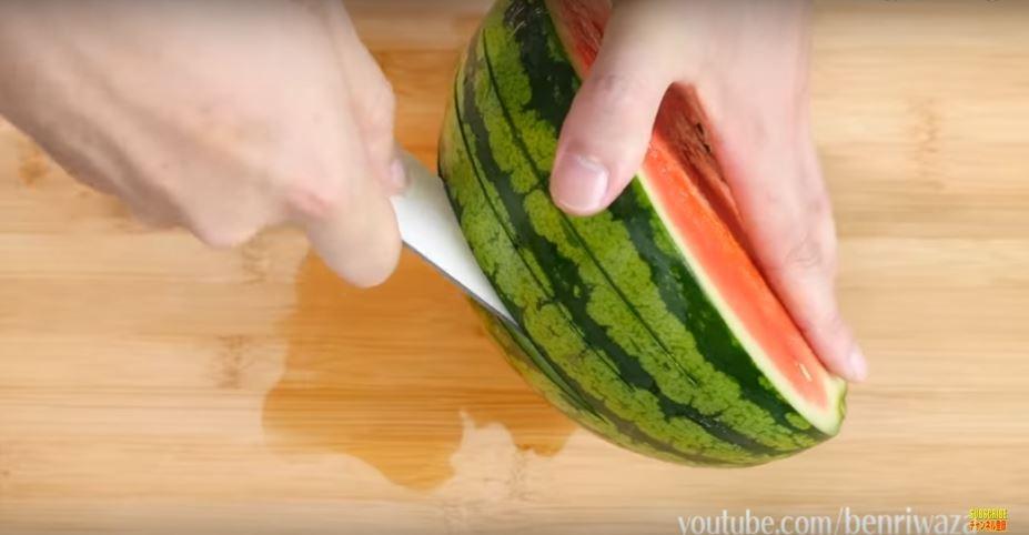 西瓜新切法「側邊三刀流」輕鬆切一塊塊,向手黏黏說掰掰