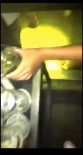 ▲▼女子竟在酒吧杯內小便。(圖/翻攝自YouTube,Kami. vevo)