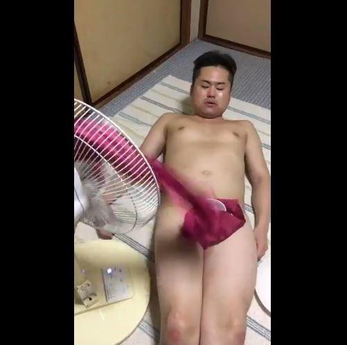 ▲▼搞笑藝人ウエスP挑戰裸體抽桌巾。(圖/翻攝自推特,uespiiiiii)