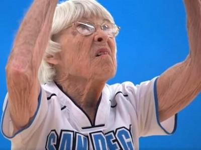 姐不想退休!80歲高齡女籃定點跳投...「唰~」精準進球