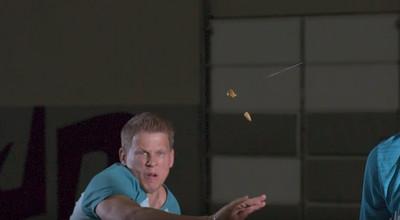 「現實版逆命」凌空對切橄欖 一張撲克牌練成殺人武器