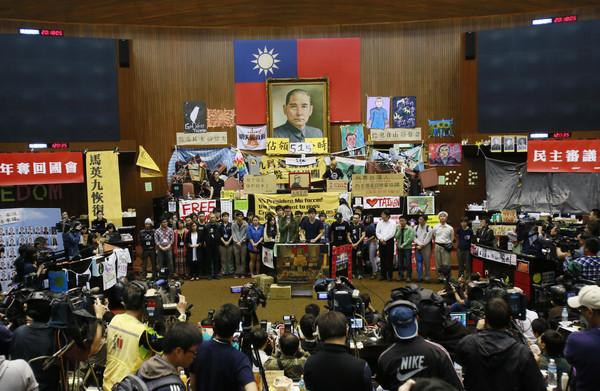 ▲▼「太陽花學運」又稱318學運,是台灣大學生與公民團體共同發起佔領立法院的社會運動事件。(圖/達志影像/美聯社)