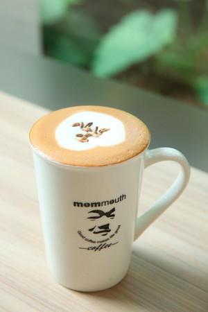 媽媽嘴推出諷刺法官的恐龍咖啡,象徵「食古(穀)不化老闆覺得苦」。(100元/杯)
