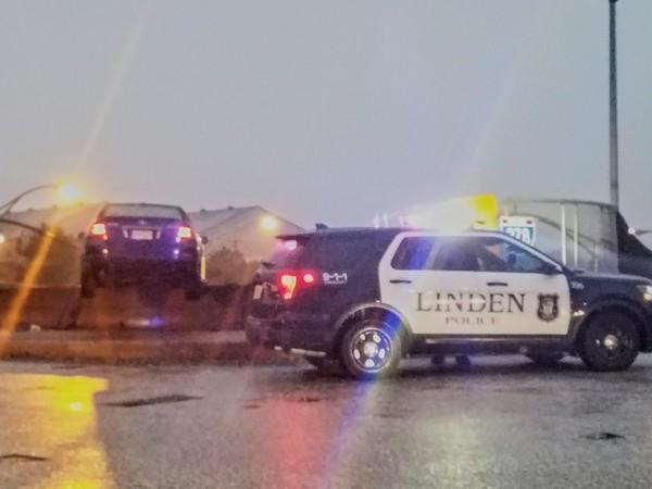 ▲P上去的?轎車衝撞意外卡好卡滿 車主卻自己先離開了..(圖/翻攝自Linden Police Department粉絲專頁)