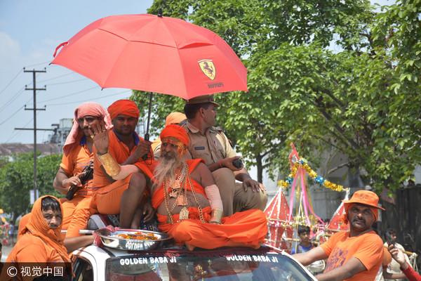 ▲▼印度「金爸爸」全身穿戴14.5公斤的金飾霸氣回歸朝聖之旅。(圖/CFP)