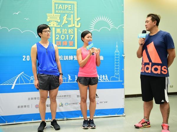 ▲台北馬拉松訓練營熱愛跑步的代表和大家分享交流平日的訓練經驗。(江明俊(圖左一)、陳美璇(圖左二)。(圖/大漢集團提供)