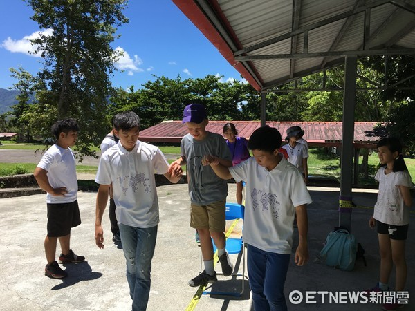 台東縣政府安排國青團成員與華語營的小朋友,一同前往位在關山的「面山學校」。(圖/台東縣政府提供)