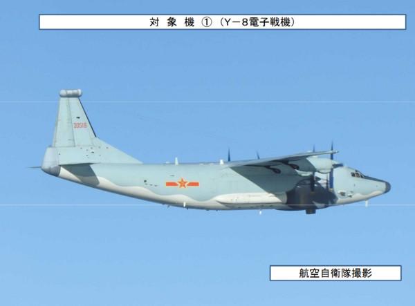解放軍轟-6K戰機於20日再次繞台,該次訓練是首度有電子戰飛機配合戰略轟炸機繞台前出宮古海峽。圖為「高新3號」電子干擾機,被稱作Y-8G。(圖/翻攝自日本防衛省統合幕僚監部)