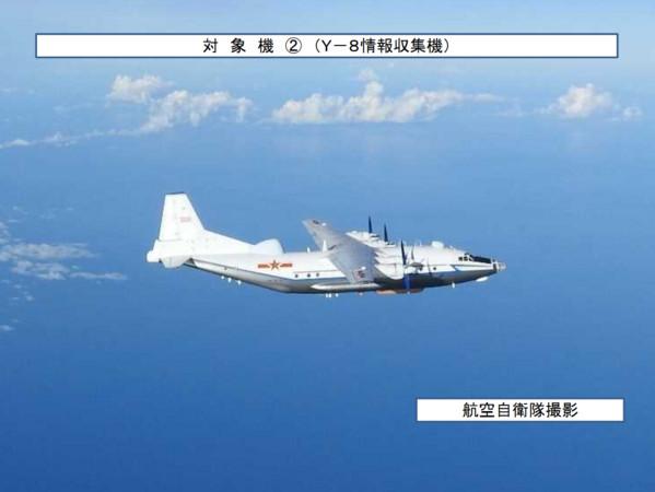 解放軍轟-6K戰機於20日再次繞台,該次訓練是首度有電子戰飛機配合戰略轟炸機繞台前出宮古海峽。圖為「高新1號」電子對抗/偵察機,被稱作Y-8CB。(圖/翻攝自日本防衛省統合幕僚監部)