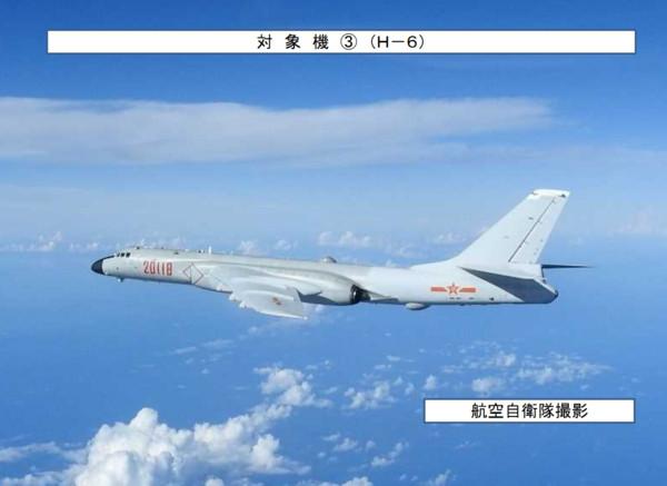 解放軍轟-6K戰機於20日再次繞台,該次訓練是首度有電子戰飛機配合戰略轟炸機繞台前出宮古海峽。(圖/翻攝自日本防衛省統合幕僚監部)