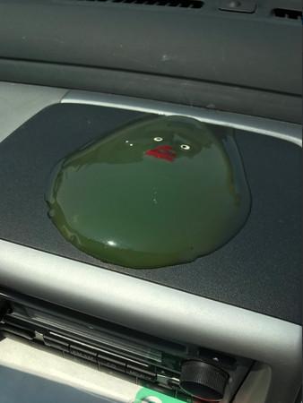 ▲熱慘..小鴨車內融成一灘綠液 網笑噴:別拿草仔粿來騙!(圖/翻攝自日本網友@shiohitpshi推特)