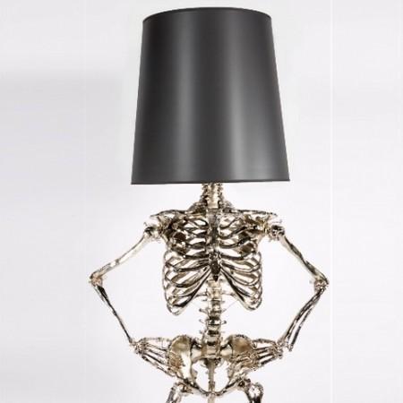 ▲美國一對夫妻檔設計出真人大小骷髏燈 。(圖/翻攝自Zia Priven)