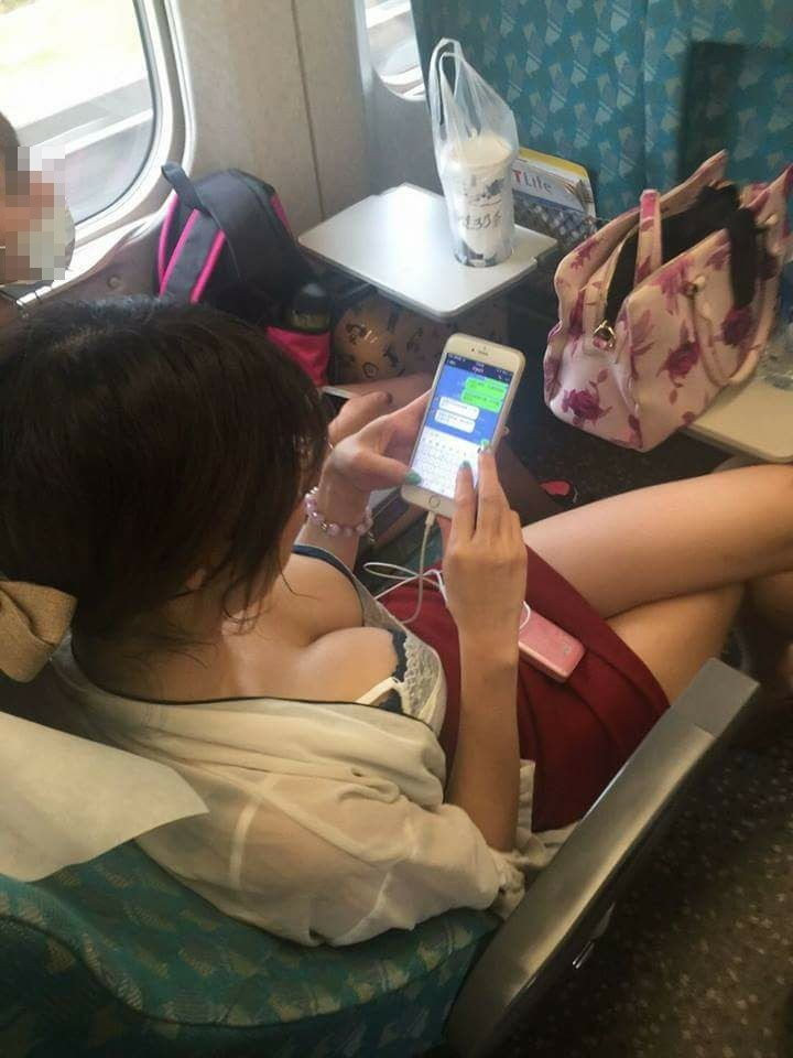 豔遇?搭高鐵偷拍「爆乳妹」窄裙玩手機 網友神到了(圖/翻攝自辛尤里臉書)