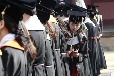 韓國大學生畢業後賴著不走…「應屆較有行情啊!」