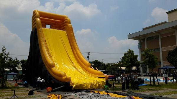 屏東藝術館出現巨無霸滑水道迎接兒童狂歡節開幕。(圖/屏東縣政府提供)