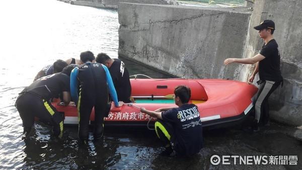 ▲警消到場發現4名黑人「抱在一起飄出海」,所幸未造成傷亡。(圖/記者林煒傑翻攝)