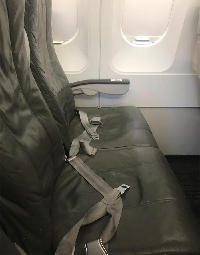 正妹搭機「1人享3座」覺得賺到了…起飛後椅背穿出兩條腿(圖/翻攝自網路)