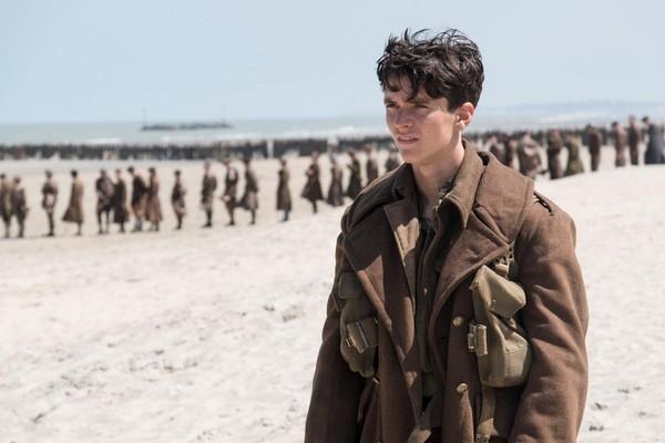 《敦克爾克大行動》中的海灘上,士兵直線排隊行進,砲火從未歇停。
