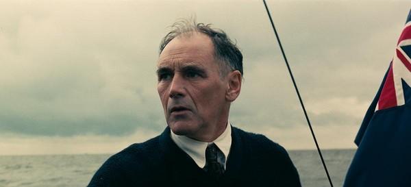 曾以《間諜橋》贏得奧斯卡男配角獎的馬克勞倫斯,飾演駕著小船跨越英吉利海峽解救同胞的英國平民。