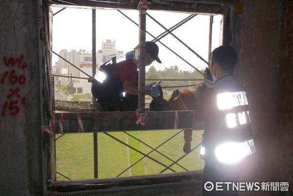 ▲一名58歲高姓男子,從工地7樓墜落4樓鷹架上,消防局救護人員到場救護送醫急救。(圖/記者林悅翻攝)