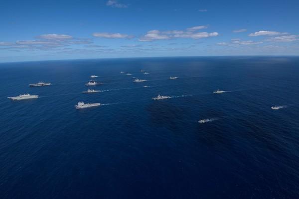 美澳兩年一度的「護身軍刀」聯合操演,美國大規模派遣航母雷根號打擊群、兩棲攻擊艦好人理查號遠征打擊群參與。(圖/翻攝自USS Ronald Reagan (CVN 76)官方臉書)