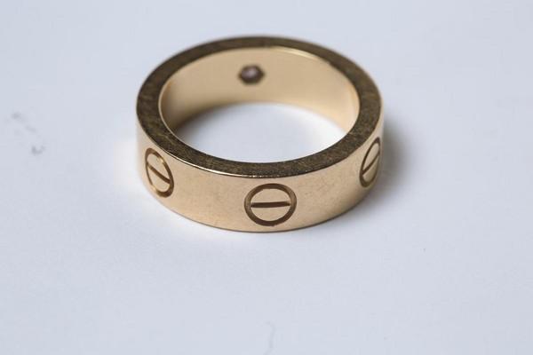 Cartier LOVE系列粉鑽戒指。 約NT$60,000