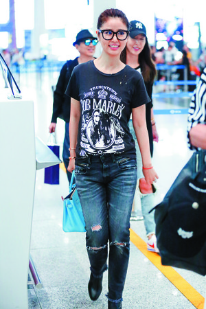 新手媽媽林心如現身北京機場時,穿著非常輕便,她身上充滿搖滾風的TRENCHTOWN Bob Marley黑色上衣,搭配同色系的貼身牛仔褲與靴子,拎著很春天的Hermès 30公分Birkin Bag,輕鬆中散發著貴氣。