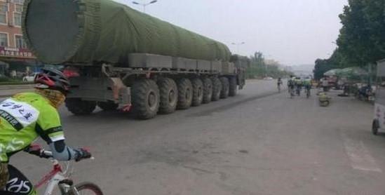疑似東風-31AG使用的高機動TEL發射車,圖片拍攝於2013年7月,推測當時該型導彈正在做跑車試驗,尚未裝備部隊。(圖/翻攝自大陸網站)