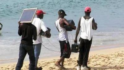 非洲人「隨身一塊板」當行動電源 海灘漫步也能充手機