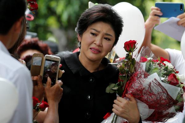 ▲▼泰國前總理盈拉為「大米收購案」出庭,一見支持者就淚灑現場。(圖/路透社)