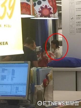 ▲謝欣穎被直擊逛IKEA。(圖/讀者提供)